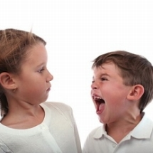 Corrige a un niño agresivo.