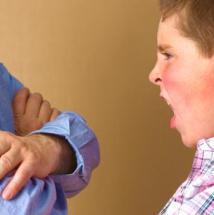 Cómo corregir a un niño contestón.