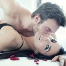 Trucos para besar a tu pareja y dejarla sin aliento.