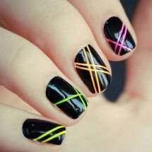 Uñas: Diseño con cinta adhesiva.